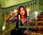 La maga Patri Zenner sujeta la llama de un candelabro con sus dedos en el parador de Plasencia.